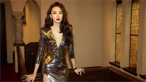 皇貴妃自嘲是「行走鋁箔紙」!紅毯撩裙「展逆天長腿」全網被電暈