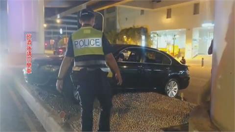 酒駕路口倒車又撞車 最後竟衝安全島卡住