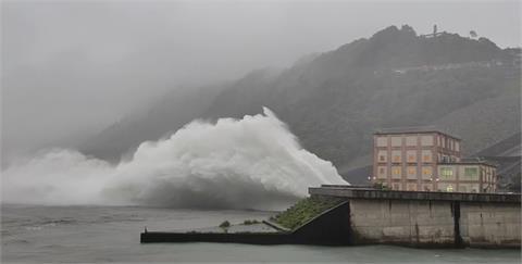 石門水庫喝超飽!熱低壓雨量等同颱風 加大放流量排洪