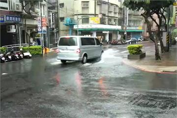 快新聞/午後雷雨襲雙北 永和國光路一度「淹到小腿高」