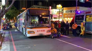 快新聞/疑視線死角惹禍…公車司機綠燈爆衝 年輕騎士連人帶車捲車底無生命跡象