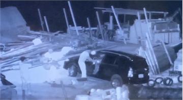 快新聞/ 轎車後輪懸空險落東石港 海巡人員英勇「公主抱」救出車主