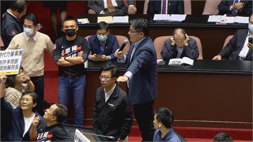 快新聞/邱顯智站到講台上質詢 怒罵國民黨:你們這樣我怎麼質詢?