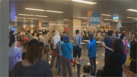 恐釀群聚!亞東臨時獲配500劑莫德納 基層醫護擠爆醫院大廳