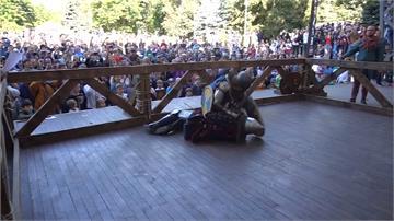 俄國兵器嘉年華 穿中世紀盔甲打鬥