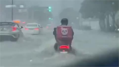 「台北直直撞」外送員車被淹一半照騎 網致敬:真的是使命必達!