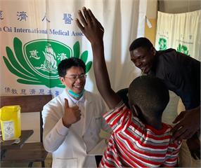 台灣中醫師東非義診 這神技讓莫三比克郡長按讚