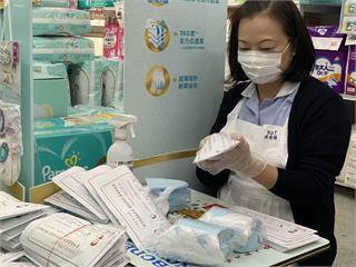 快新聞/飯店員工支援藥局 義務幫忙包口罩