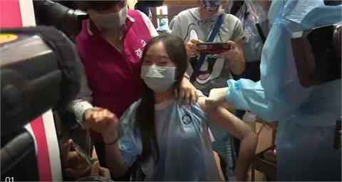 BNT疫苗全台開打!桃園女學生「打第一針」淡定回:很安心