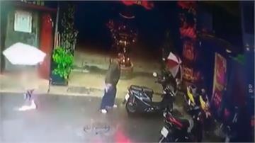 驚悚!母親帶小孩回家 竟遭路人隨機攻擊揮拳