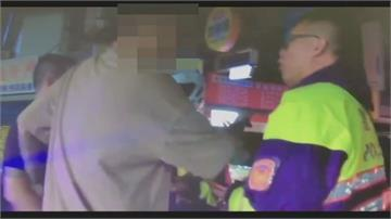 小黃轉彎險擦撞 兩酒客攔車嗆聲司機拿塑膠條 雙方大街上大打出手