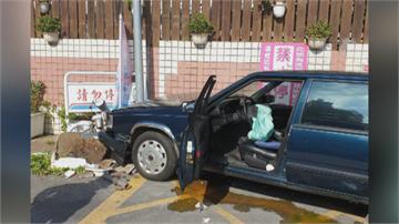 78歲老翁加油站不慎暴衝撞前車 鐵柱撞歪氣囊爆開