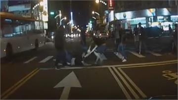 誇張!男子遭當街拖行毆打 路人驚呼太扯 警迅速到場全帶回