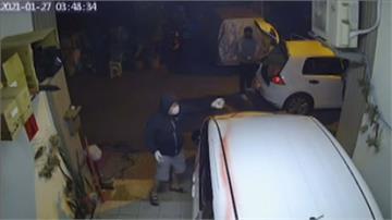追不到惱羞?男撂人衝女方家砸車潑漆一家老小都是女生 屋主憂「下次就是縱火」