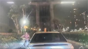 女子誤騎匝道急煞 釀後方追撞還騎走