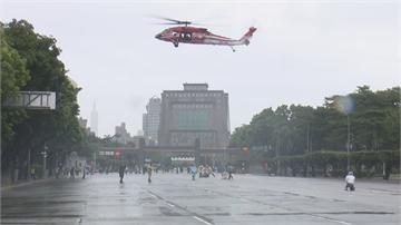 快新聞/黑鷹直升機今上午在府前盤旋測試 廣場架8支機動氣象站測風速