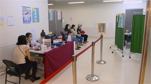 提供第一線醫護防護 亞東醫院優先幫醫護注射AZ疫苗