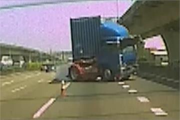 驚險一瞬間!員警國道排除事故 險遭聯結車追撞