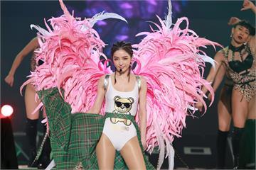 桃園跨年/謝金燕大秀長腿、破例穿「比基尼」!連唱9舞曲、換6造型