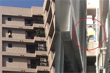 快新聞/【影】男子西門町持刀傷人「蜘蛛人式」爬上14樓! 警圍捕畫面曝光