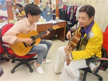 Gino拜師王中平學吉他  苦練後上場演出!王中平透露創作靈感來自正妹女兒