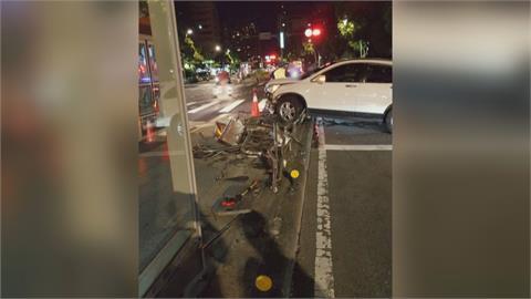 駕駛疑精神不濟...險撞公車亭 撞爛整排鐵欄杆