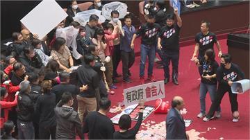 快新聞/藍委丟「豬內臟」大鬧國會登上國際版面 外國網友:聽說國民黨不受台灣人歡迎
