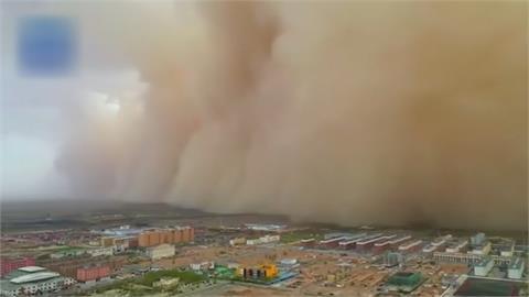沙塵暴襲捲中國半壁! 百公尺高沙牆 吞沒內蒙古阿拉善市
