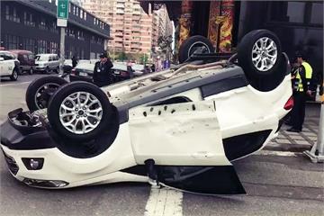 休旅車遭撞180度翻轉 5歲童穩坐安全座椅