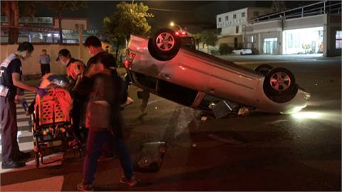 「慘了!」 閃黃燈未減速轎車遭休旅車攔腰撞四輪朝天