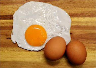 煎荷包蛋只會放油?老饕傳授「多加1物」:形狀完整不沾鍋!