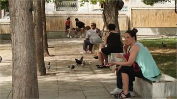 希臘、以色列疫情趨緩 海灘擠滿消暑人潮
