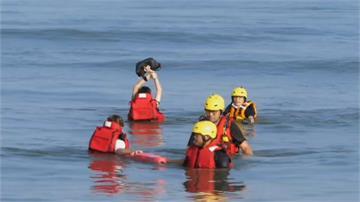 2台中女海邊踏浪險....下秒「淹上頸部」受困  救難人員搶救