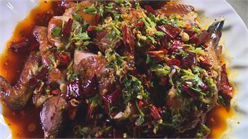 熱油反覆澆淋 肉汁深鎖金黃古早雞淋上特製辣醬 「川粵」融合新滋味!