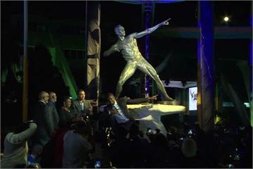 波爾特銅像揭幕 布幕扯不下超尷尬