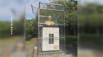 蔣介石銅像關鐵籠?! 去威權象徵惹爭議