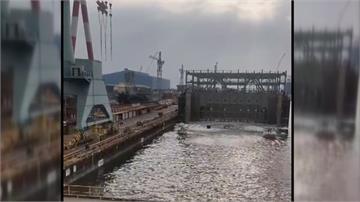 台船出包! 浮船失敗貨櫃輪傾斜進水