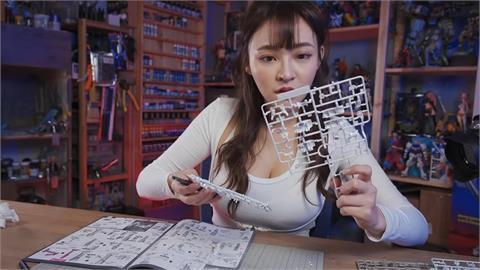 太「襄」了!樂天女孩挑戰組裝鋼彈模型 全網歪樓:眼睛不知道往哪看