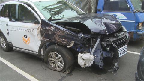 你累了嗎? 警員越開越歪衝上人行道 疑似恍神 撞斷消防栓號誌燈還波及機車