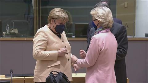 尷尬!歐盟領袖峰會 梅克爾緊握拳頭拒握手