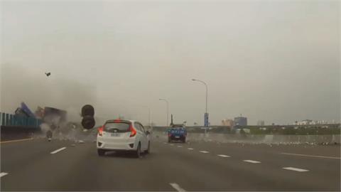 獨/驚悚瞬間!聯結車撞護欄「廢鐵+車輪迎面噴來」 北上女車主嚇哭:差點死掉