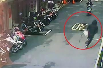 快新聞/「保護傘」餐廳遭惡意潑穢物 黑衣男犯案後「提桶子逃跑」畫面曝光