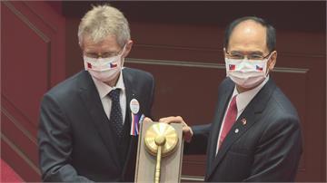 捷克議長立院演說 高呼「我是台灣人」 非邦交議長首位國會演講 吳斯懷打瞌睡