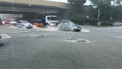 快新聞/台南市區豪雨狂炸 裕農路、太子路大積水