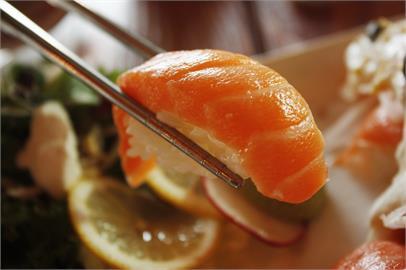 買鮭魚壽司回家爽吃!媽竟「蒸煮」他崩潰…網笑:不然打蛋煮粥!