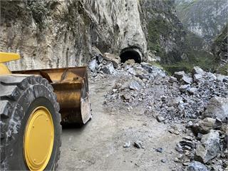 快新聞/台8線錐麓隧道東口邊坡坍方 雙向道路暫時中斷