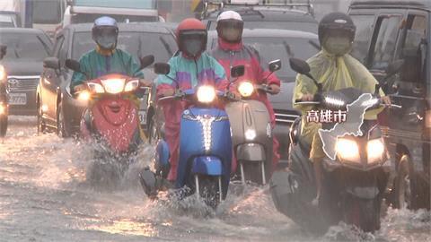 雨襲高雄!大樓強勁風切讓民眾雨傘開花  騎車像水上摩托車