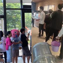 星巴克自帶杯免費贈咖啡 粉紅頭套中國男竟抱「大水桶」領取
