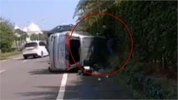 廂型車翻滾好幾圈衝到對向車道...休假警路過破窗救人