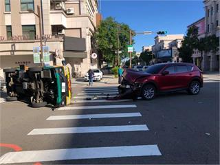 快新聞/休旅車疑闖紅燈撞翻娃娃車 車內3幼童急送醫